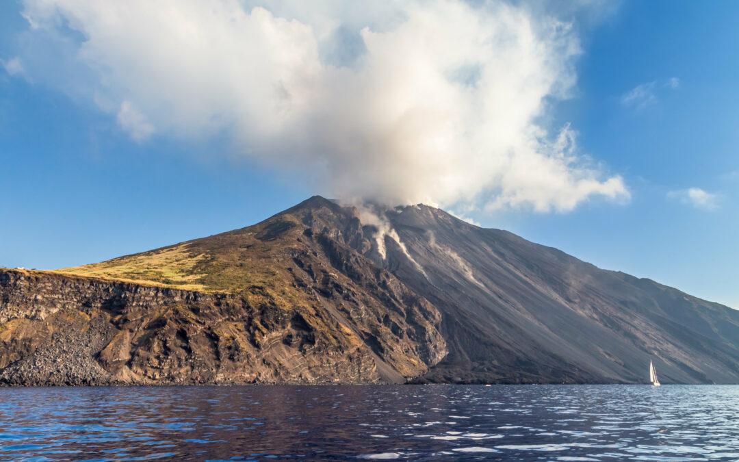 Dai pennacchi vulcanici segnali che anticipano le eruzioni violente dello Stromboli